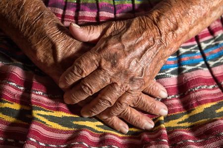 サン ペドロ ラ ラグーナ: 湖 Atitlan の小さな先住民の町の非常に古い Tzutujil マヤ女性の手