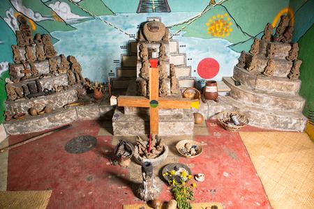 3 février 2015 San Pedro la Laguna, Guatemala: intérieur d'une salle de prière rituelle chamanique avec statues antiques et croix maya Banque d'images - 90045453