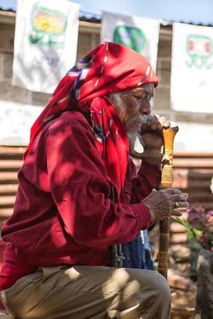 31. ledna 2015 San Pedro la Laguna, Guatemala: tata Pedro Cruz jeden z posledních autentických starších mayských šamanů, kteří provádějí rituál