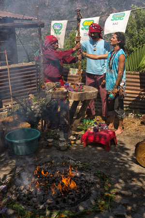 31 januari 2015 San Pedro la Laguna, Guatemala: Maya-mannen die sjamanistisch ritueel naast vuur uitvoeren Redactioneel