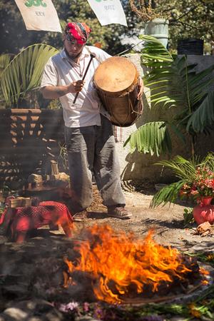 31 januari 2015 San Pedro la Laguna, Guatemala: Maya-man die een trommel slaat tijdens sjamanistisch ritueel naast vuur Redactioneel