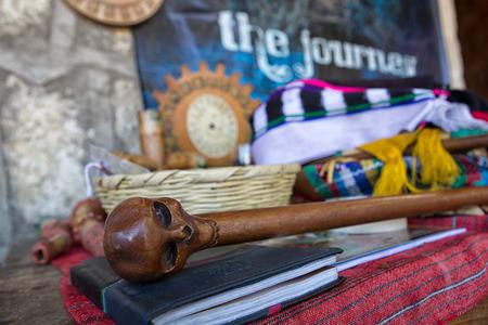 3 februari 2015 San Pedro la Laguna, Guatemala: religieuze voorwerpen gebruikt bij een Maya-sjamaanritueel Redactioneel