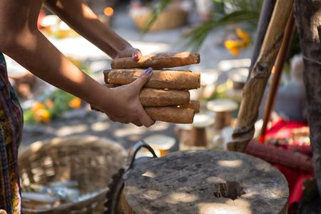 San Pedro la Laguna, Guatemala: Maya-vrouw houdt een bundel sigaren vast die worden gebruikt voor sjamanistisch ritueel in het Lake Atitlan-gebied