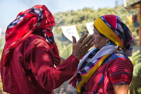 31. ledna 2015 San Pedro la Laguna, Guatemala: tata Pedro Cruz, jeden z posledních autentických starších mayských šamanů, kteří si udělali rituál s ženou