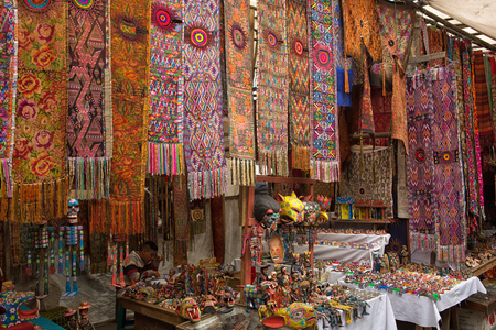 2015 年 2 月 5 日チチカステナンゴ、グアテマラ: 豊富な職人市場は、手作り製品の広い範囲を提供しています 報道画像