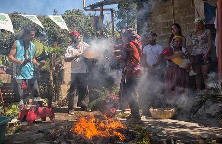 31 januari 2015 San Pedro la Laguna, Guatemala: brandend vuur terwijl mensen een Maya-sjamanistisch ritueel volgen