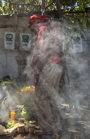 31 januari 2015 San Pedro la Laguna, Guatemala: sjamaan verzwolgen in rook tijdens een ritueel