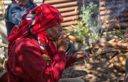 31. ledna 2015 San Pedro la Laguna, Guatemala: tata Pedro Cruz jeden z posledních autentických starších mayských šamanů, kteří během rituálu zapálili doutník Redakční