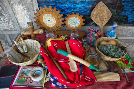 San Pedro la Laguna, Guatemala: objets religieux présentés lors d'un rituel de chaman maya Banque d'images - 90037764