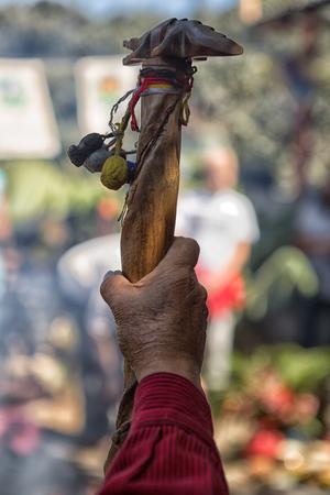 San Pedro la Laguna, Guatemala: main d'un authentique chaman maya tenant une canne lors d'une cérémonie Banque d'images - 90037765