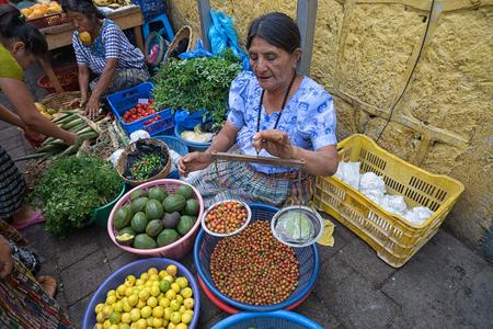 2016 年 4 月 26 日サン ・ ペドロ ラ ラグーナ、グアテマラ: ハンドヘルドとの食材の重量を量るマヤの女性.