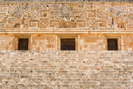 유카탄 멕시코에서 Uxmal 고고학 사이트에서 govermnors 궁전의 건축 세부 사항 스톡 콘텐츠
