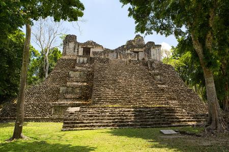 덜 방문한 마야 (Dzibanche) 멕시코 고고학 유적지에 피라미드 건물 스톡 콘텐츠 - 87618268