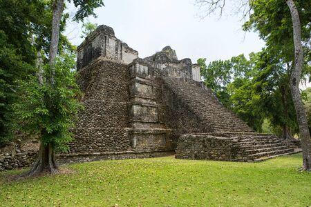 덜 방문한 마야 (Dzibanche) 멕시코 고고학 유적지에 피라미드 건물 스톡 콘텐츠 - 87618260