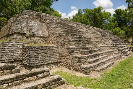 덜 방문한 마야 (Dzibanche) 멕시코 고고학 유적지에 피라미드 건물 스톡 콘텐츠 - 87618265