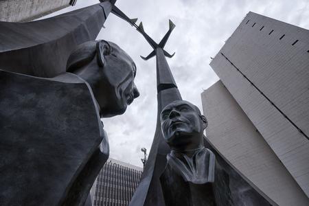 September 29, 2017 Medellin, Colombia: statue in the administrative cente of the city Plaza Alpujarra 新聞圖片