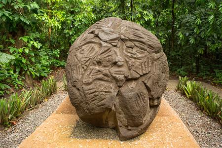 ビジャエルモサにあるメキシコのラベンタ考古学公園で頭を刻まれた大規模な前ヒスパニック オルメカ玄武岩 報道画像