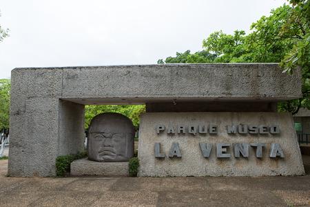 멕시코의 빌라 헤 모사 (Villahermosa)에 위치한 La Venta Olmec 고고학 박물관 입구