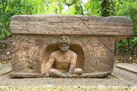 前ヒスパニック オルメカ石ビジャエルモサにあるメキシコのラベンタ考古学公園の祭壇 報道画像