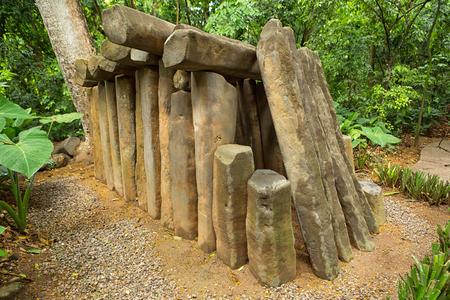 멕시코 비야 에르 모사 (Villahermosa)의 라 벤타 (La Venta) 고고학 공원에있는 전 히스패닉 olmec 돌 무덤