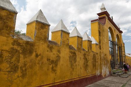 2014 年 3 月 31 日チョルラ、メキシコ: サン ガブリエル修道院へのアクセス ゲートで人が立っています。 報道画像