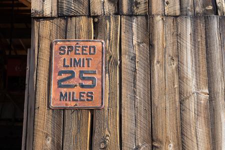 納屋の壁にヴィンテージの速度制限記号