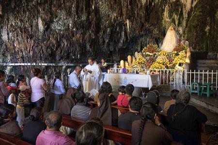Gruta de la Paz, Ecuador-November 3, 2017: mass in the church housed in a natural cave, a popular religious tourism destination 新聞圖片