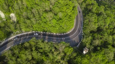 Luftaufnahme einer Serpentinenstraße durch die Berge Standard-Bild