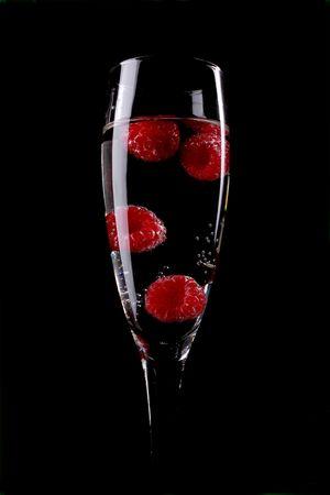 lamponi freschi in un flute di champagne