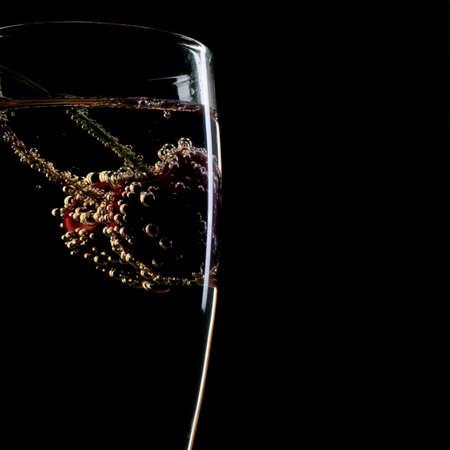carbonation: las cerezas frescas en una flauta de champa�a