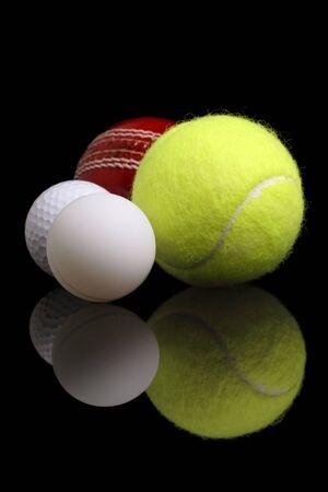 ping pong: Variedad de deportes bolas sobre una superficie reflectante