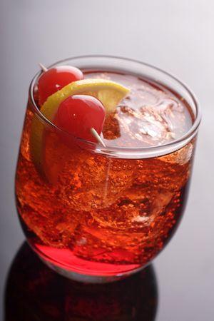 verm�: vermouth y cocktail de soda con lim�n y cereza para adornar