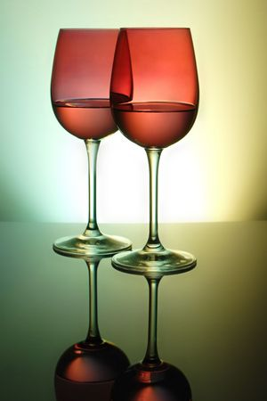 окружающей среды: two red wine glasses with ambient lighting Фото со стока
