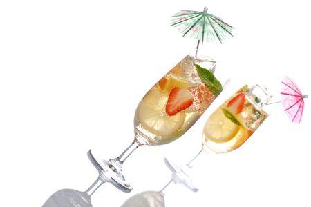 cocktail de fruits: d�licieux cocktail de fruits avec parasols