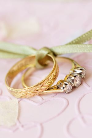 anillo de compromiso: anillo de compromiso y el anillo de boda, ligados juntos.