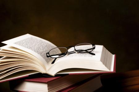 pile of books: pila di libri di lettura e spettacoli