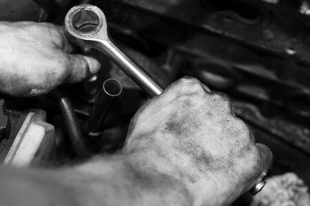 manos sucias: mec�nico en el trabajo, la reparaci�n de un motor  Foto de archivo