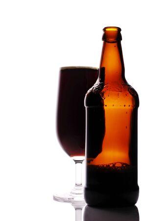 schwarzbier: frisch gegossenes dunkles Bier und Glas mit Raum f�r Text