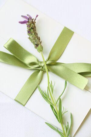 invitacion fiesta: carta sellada con lavanda decoraci�n  Foto de archivo