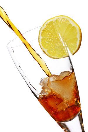 t� helado: enfriar la bebida gaseosa con lim�n como adorno