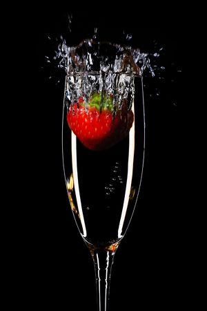 Erdbeer-Spritzen in einem Champagner-Flöte