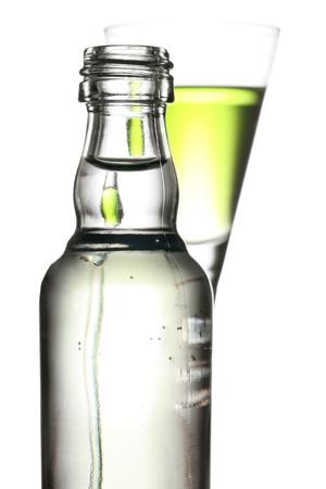 ajenjo: el esp�ritu original de la absenta verde con enfoque a la botella.