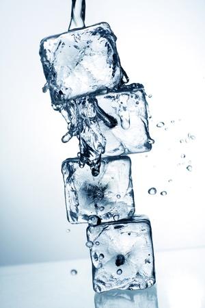 cubetti di ghiaccio: cubetti di ghiaccio e acqua che scorre, con blu tonificazione applicato per effetto.