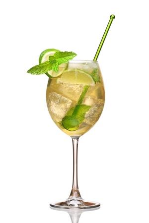 Hugo のカクテル、ニワトコ、シャンパン、ソーダ、ライム、ミントを添えています。 写真素材
