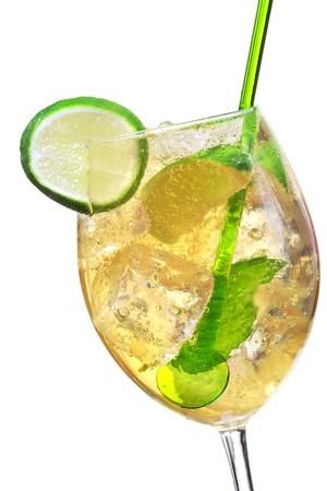 Hugo cocktail, gemaakt met vlierbessen, champagne, soda, kalk en gegarneerd met munt. Stockfoto