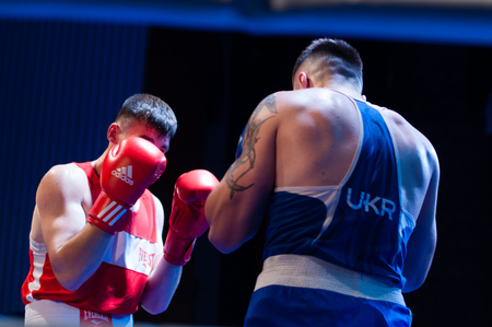 Ukraine, the city of Chernigov, April 9, 2018. Boxing tournament among professional boxers from Ukraine, Moldova, Turkey, Kazakhstan. Two professional boxers in the ring Banque d'images - 102291900