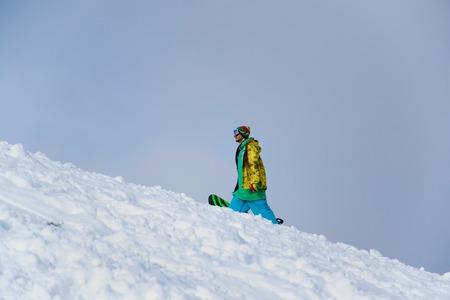 Ukraine, Stadt Chernigov 18. Januar 2014: Training der Athleten Snowboarder. Snowboarden vom Berg. Extremsportarten Standard-Bild