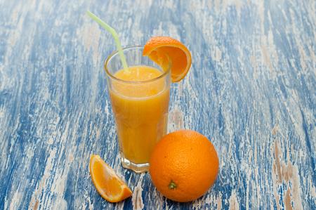 Cocktail di succo d'arancia in un bicchiere con cannuccia