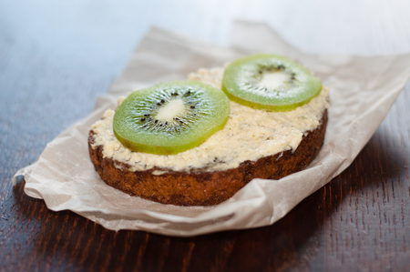Snack, lunch, kiwi sandwich on pastry paper side view Stockfoto