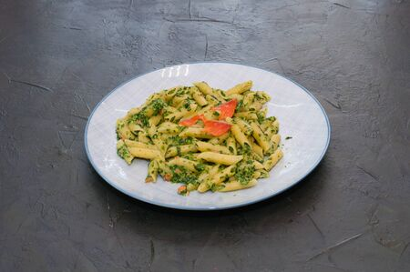 Delicious traditional Italian dish, pasta with salmon, spinach and cheese. Standard-Bild - 132275312